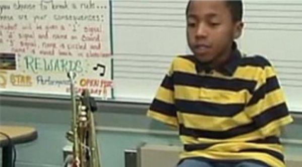 N&eacute; sans <strong>bras</strong>, il joue de la trompette avec ses pieds !