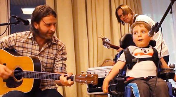 Un enfant handicap&eacute; <strong>chante</strong> en public, aid&eacute; par son prof de musique