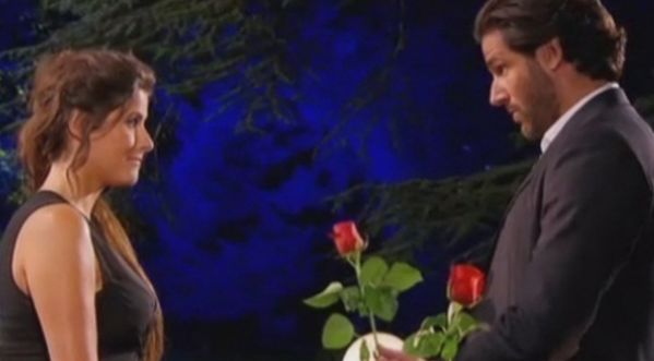 Le Bachelor : Camille refuse la <strong>rose</strong> du Gentleman c&eacute;libataire !