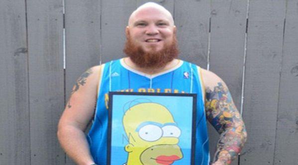 Un homme se fait tatouer 41 Homer Simpson sur le <strong>bras</strong> !