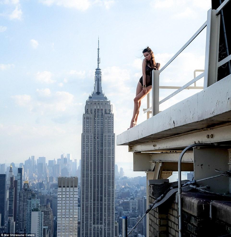 Des mannequins posent sur les hauteurs de new york voissa for Building sans fenetre new york
