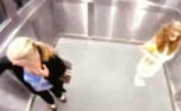 La petite fille effrayante de l'ascenseur !