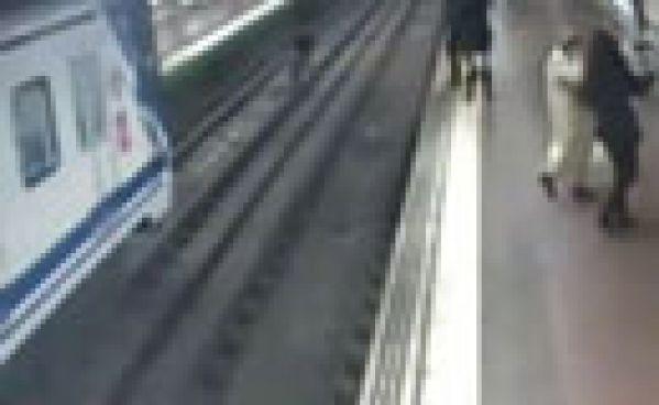 Vidéo: Il risque sa vie pour tirer un homme des rails d'une gare !