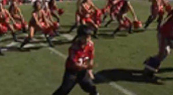 Un petit garçon leader des cheerleaders!