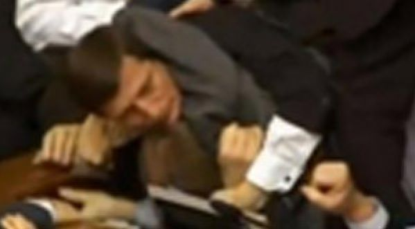 Violente bagarre au Parlement ukrainien