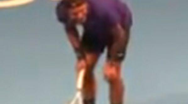 Jo-Wilfried Tsonga vise tout droit sur les parties intimes de Roger Federer