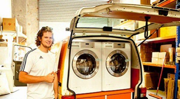 Une blanchisserie ambulante lave gratuitement le linge des sans-abri