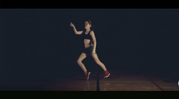 Cette jeune fille a appris à danser le dubstep juste en regardant des vidéos sur Youtube!