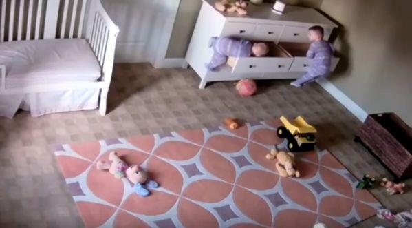 Un enfant de 2 ans sauve son frère jumeau coincé en dessous d'une armoire!