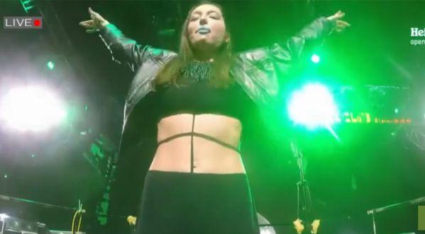 Une Dj Russe perd ses seins en silicone en plein concert...