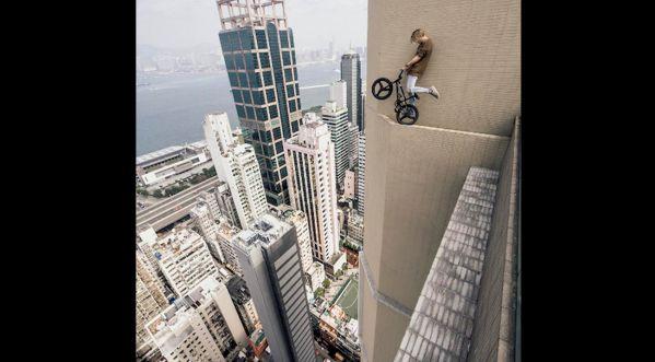 Un jeune homme défie la loi de gravité avec son BMX!