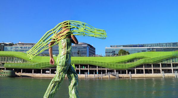 Un artiste français s'inspire de l'architecture pour créer ses costumes...