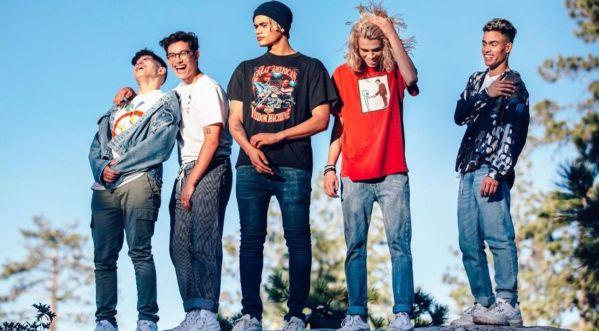 PRETTYMUCH dévoile le clip de leur nouveau single 'Summer On You' !