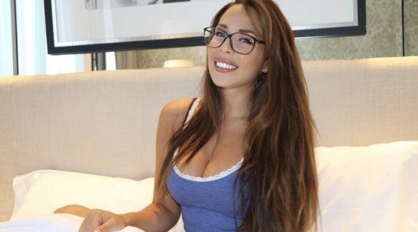 Kim Glow : La Jeune Femme Pose Topless Sur Les Réseaux Sociaux ! (photo)