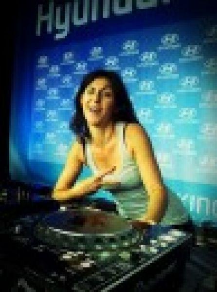 Une fille DJ pour les footeux !